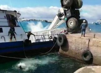 galapagos oil spill video, diesel oil spill in Galapagos Islands after a barge sinks