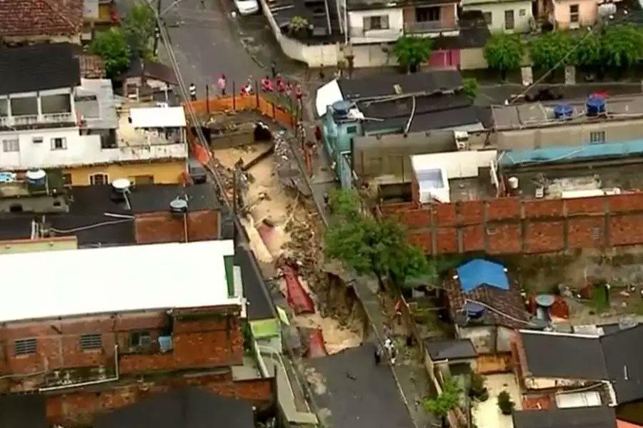 rio floods, rio deadly floods, road collapse during rio de janeiro deadly floodingroad explodes rio de janeiro deadly floods