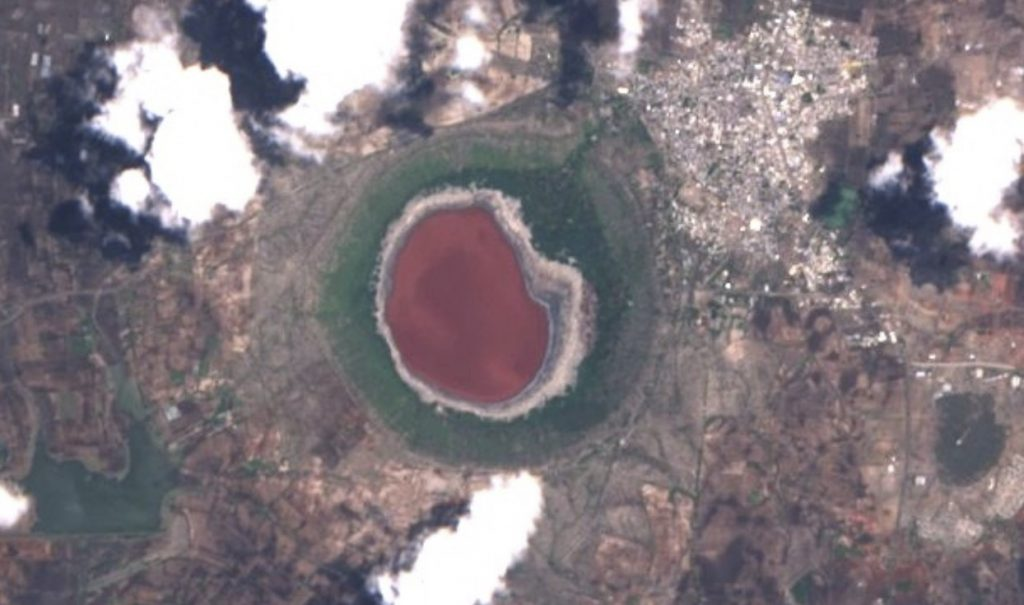 lonar crater lake turns pink india, crater lake turns pink, pink water in lanar crater lake india