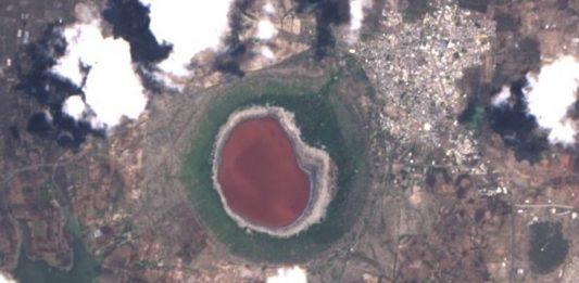lonar crater lake turns pink india, crater lake turns pink, pink water in lanar crater lake india