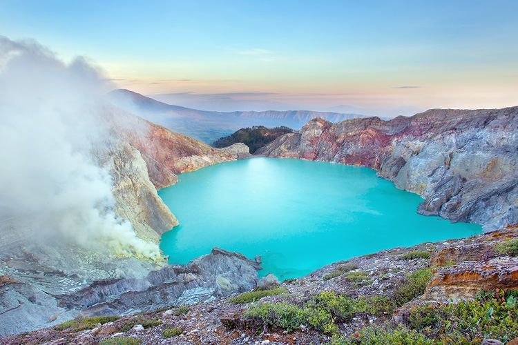 mount Ijen tsunami, mount Ijen tsunami 2020, mount Ijen tsunami may 30 2020, A sulfur miner was killed when volcanic activity on Mount Ijen, East Java, released poisonous gas and triggered a 3-meter wave in a natural lake situated within the volcano's crater on May 30