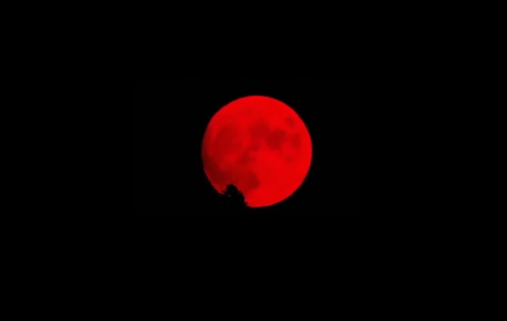 blood red moon california, blood red moon california video, blood red moon california september 30 2020, wildfire smoke colors full moon blood red