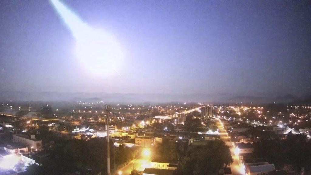 fireball brazil video october 2020, superbolide turned night into day over  Brazil