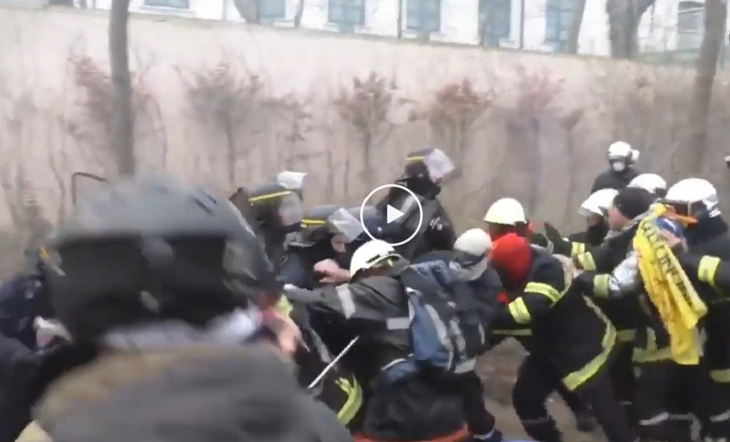 French police charges firefighters, French police charges firefighters video, when police charges firefighters something is really bad