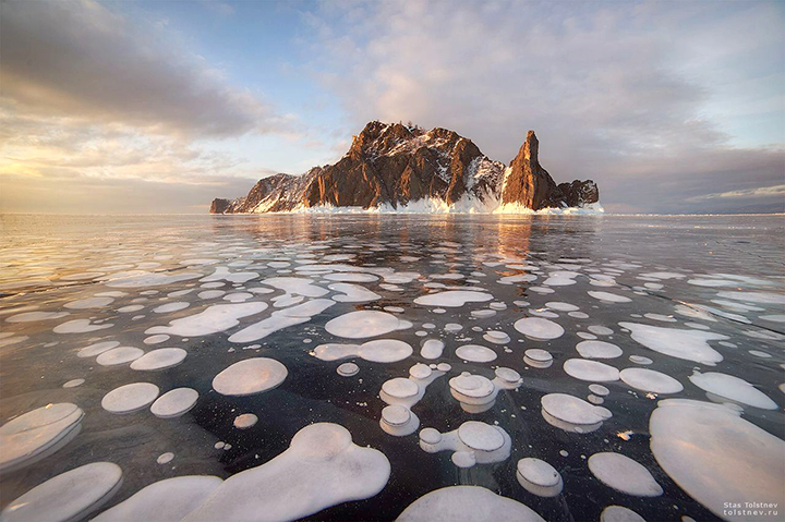 Bubbles of frozen methane in crystal clear ice of lake Baikal, frozen methane bubbles, frozen methane bubbles baikal, frozen methane bubbles russia, frozen methane bubbles pictures, frozen methane bubbles 2020