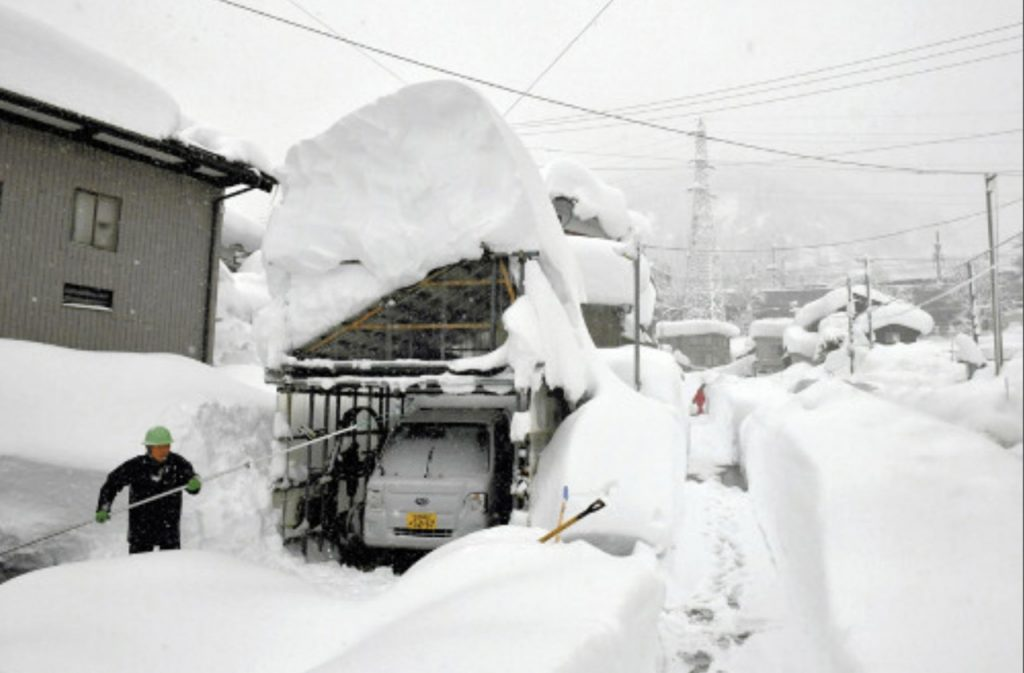 japan snow apocalypse forces thousands of drivers to sleep in their cars