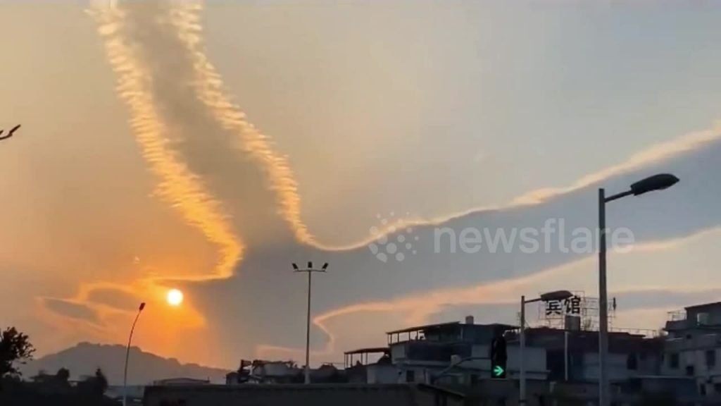 cloud resembling bird, cloud resembling bird pictures, cloud resembling bird video, Cloud resembling bird spreading its wings spotted above Chinese city in January 2021