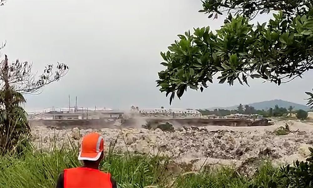 Giant sinkhole opens up in Malaysia on January 17 2021, Giant sinkhole opens up in Malaysia on January 17 2021 video, Giant sinkhole opens up in Malaysia on January 17 2021 picture