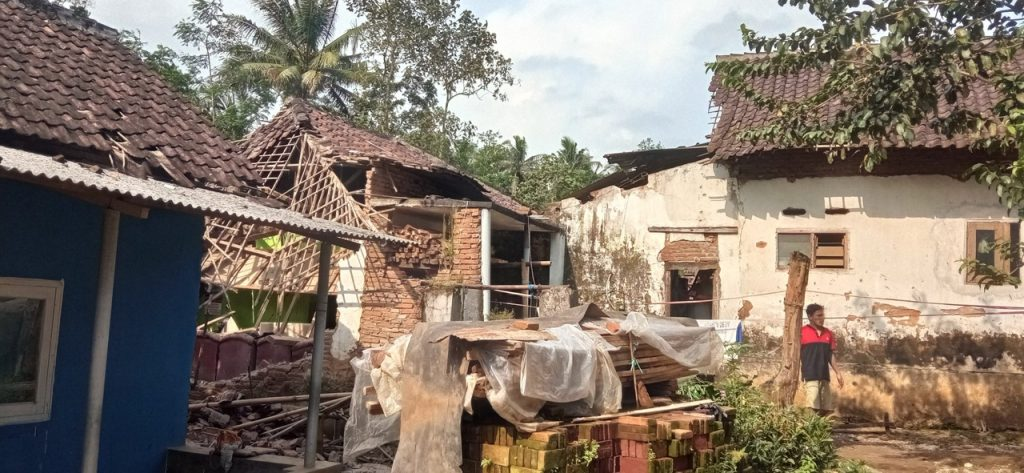 Damage after M6.0 earthquake hits off Indonesia, Damage after M6.0 earthquake hits off Indonesia video, Damage after M6.0 earthquake hits off Indonesia photo, Damage after M6.0 earthquake hits off Indonesia pictures