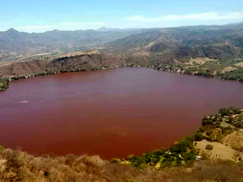 Santa María del Oro lagoon changes red in Mexico