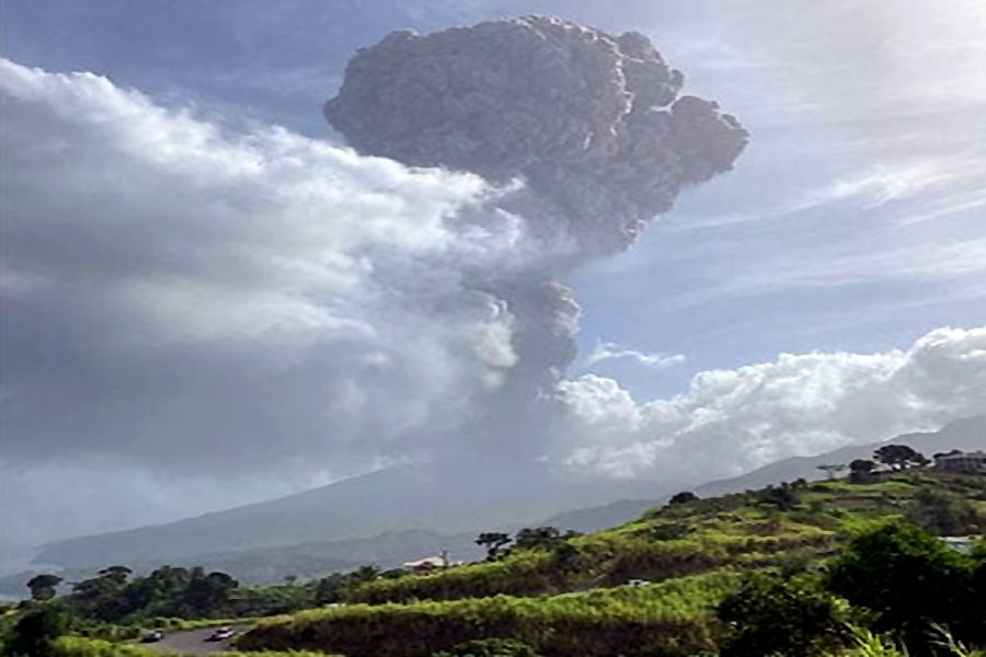 La Soufriere volcano eruption on April 9, 2021 in pictures an videos, soufiere volcano eruption video pictures april 2021