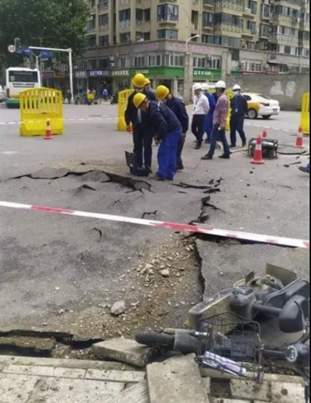 Road erupts after underground explosion in Wuhan China, Road erupts after underground explosion in Wuhan China video, Road erupts after underground explosion in Wuhan China photo, Road erupts after underground explosion in Wuhan China may 2021