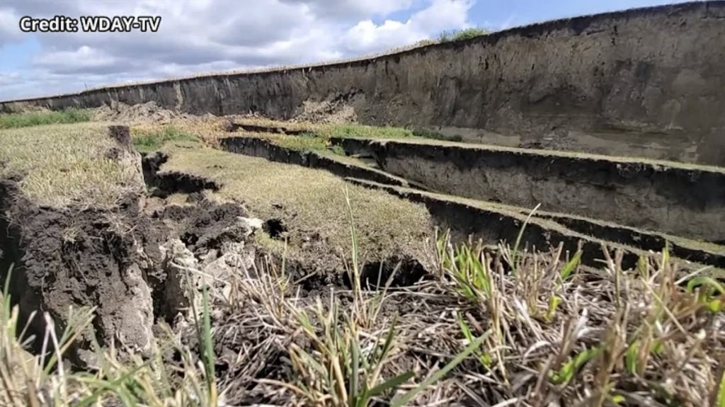field collapse Minnesota,Bean field collapses and falls 25 feet in rural Polk County, Quarter-mile-long stretch of bean field in Minnesota collapses 25 feet, field collapse Minnesota video, field collapse Minnesota photo, field collapse Minnesota pictures, field collapse Minnesota august 2021