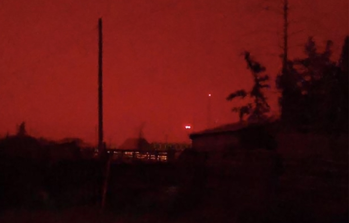 Day turned into night earlier today in several areas of Yakutia, with the sky turning orange and red and the Sun getting completely blocked by smog