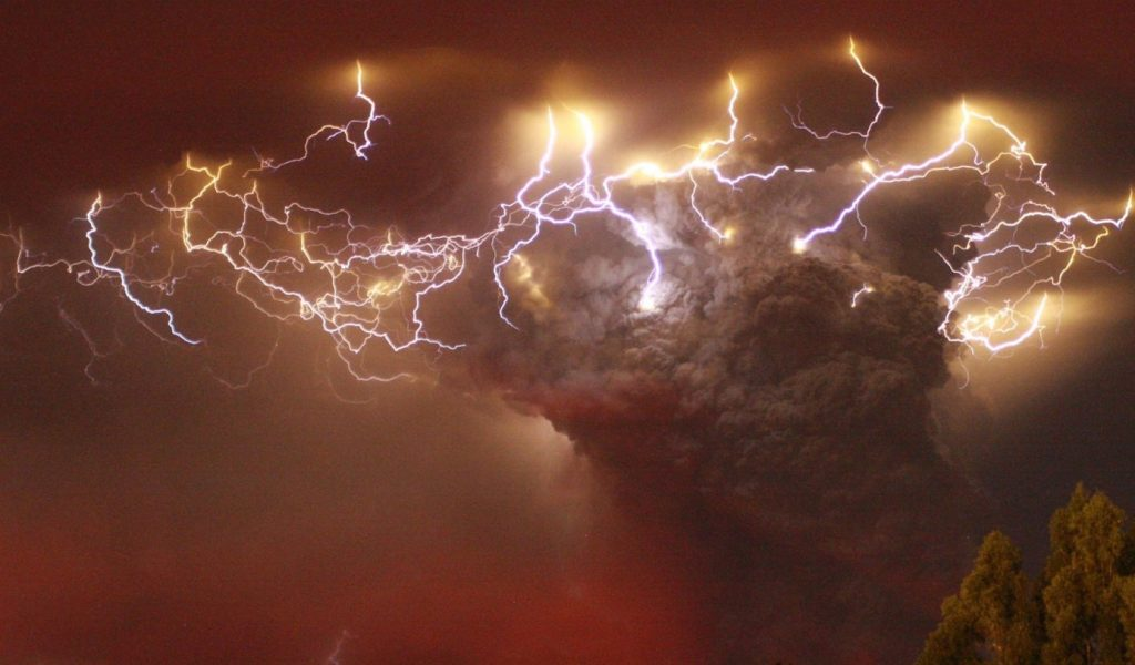 What is behind the natural phenomenon of volcanic lightning